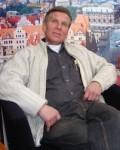 Theo Neuser 2008 vor Kulisse Dresden